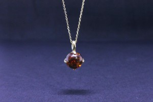 Auburn Collection Yellow gold pendant with amber