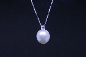 White gold pendant with australian baroque pearl and diamond