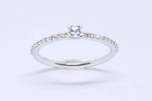 Anello in oro bianco con diamanti e diamante taglio carrè