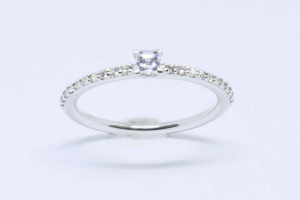 White gold ring with diamonds and diamond carrè