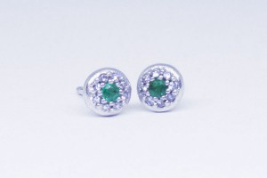 White gold earring with emeralds and diamonds