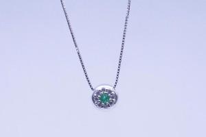 Pendente in oro bianco con diamanti e smeraldi