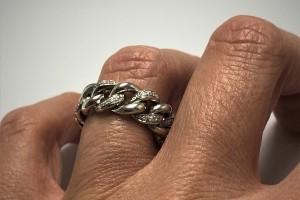 Anello catena in oro bianco con diamanti