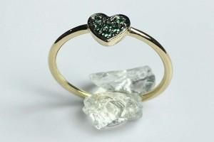 Anello cuore in oro giallo  con smeraldi