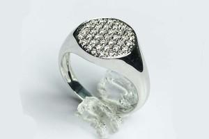 Anello Chevalier in oro bianco con pavé di  diamanti