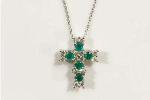 Pendente croce in oro bianco con diamanti e smeraldi